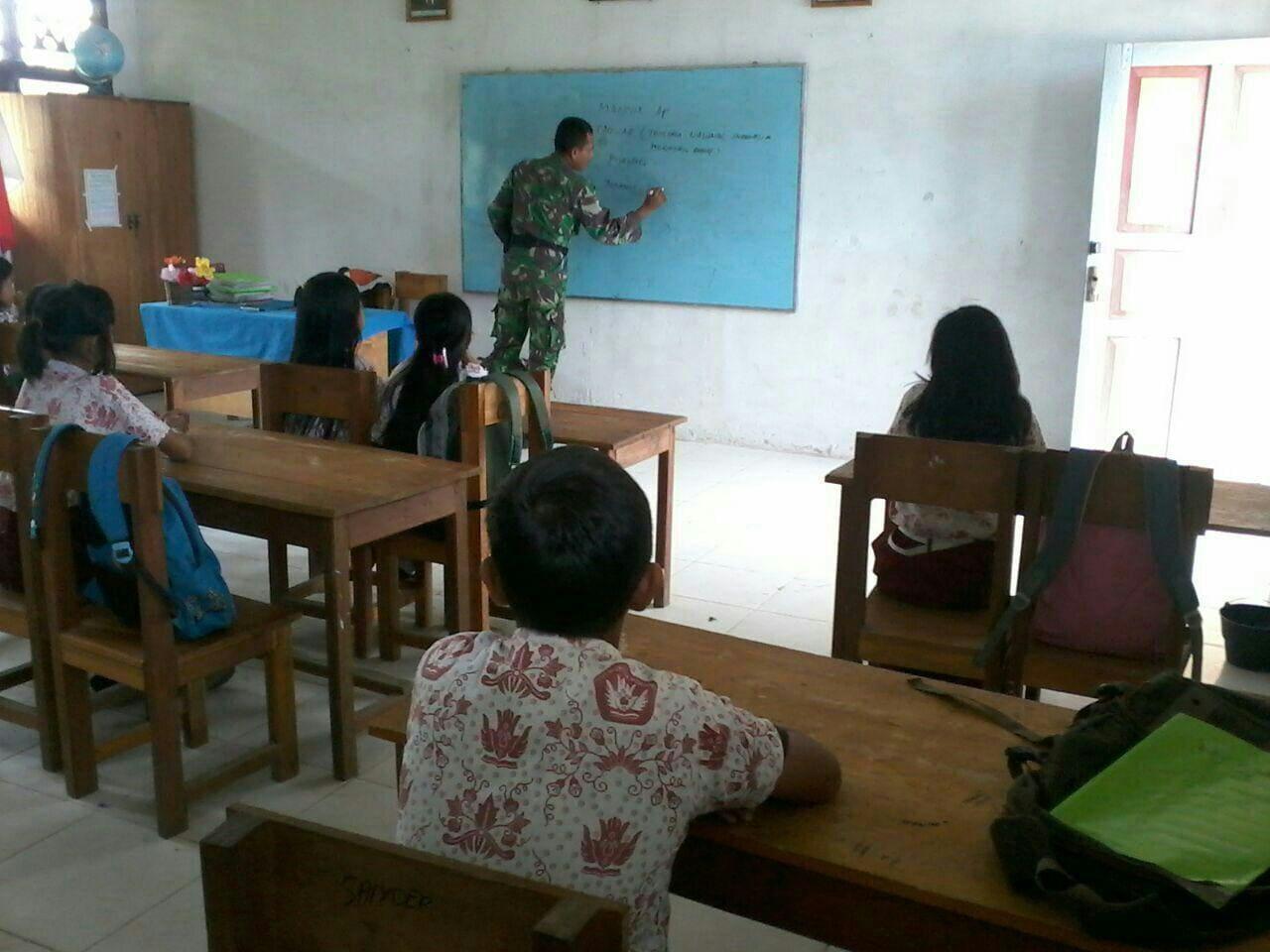 Babinsa Kodim 1402/Polmas Mengajar Wawasan Kebangsaan di Pedalaman