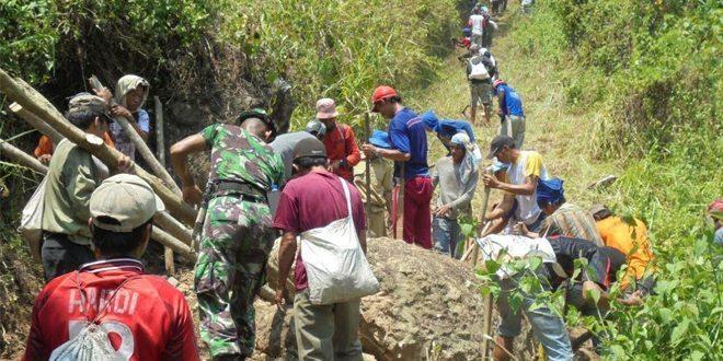 Jalur Transfortasi Terhambat, Babinsa Bersama Masyarakat Kerja bakti Memperlebar Jalan desa.