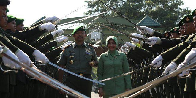 Pedang Pora Sambut Mayjen TNI Luczisman Rudy Polandi
