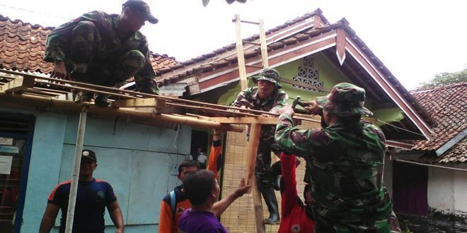 Koramil 02/Gombong Bantu Perbaikan Rumah Warga, Tertimpa Angin Puting Beliung