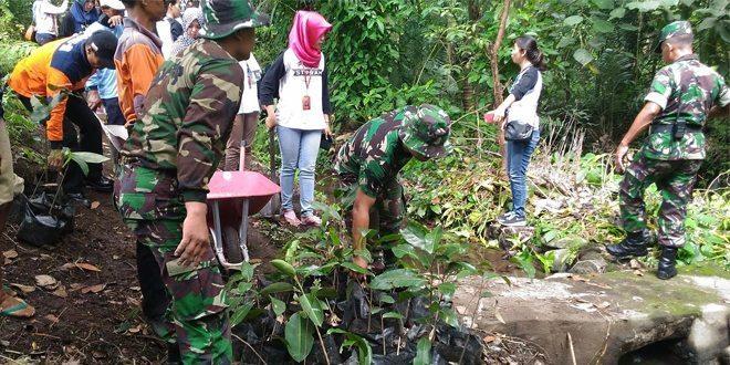Personil Kodim 0732/Sleman Turun Sungai Tanam Pohon