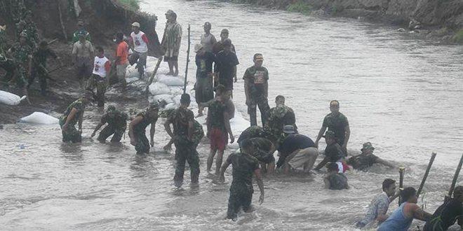 Koramil Purwoasri Bersama Masyarakat Perbaiki Tanggul Jebol