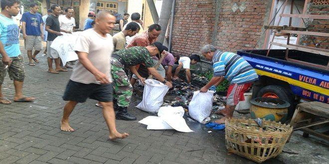 Cegah Banjir, Babinsa Koramil 0830/02 Semampir Ajak Warga, Bersihkan Lingkungan