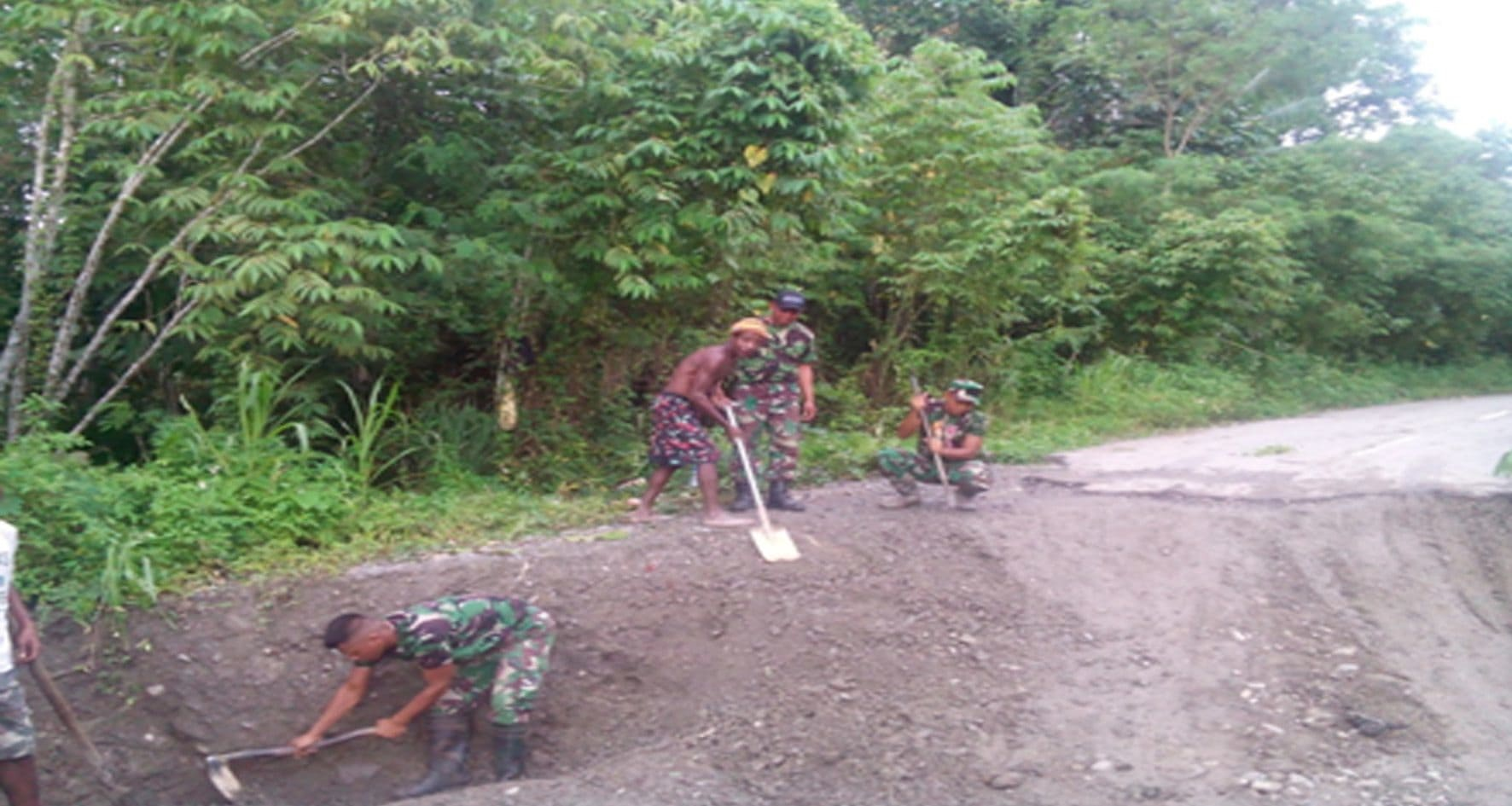 Prajurit TNI Perbaiki Akses Jalan Perbatasan RI-PNG