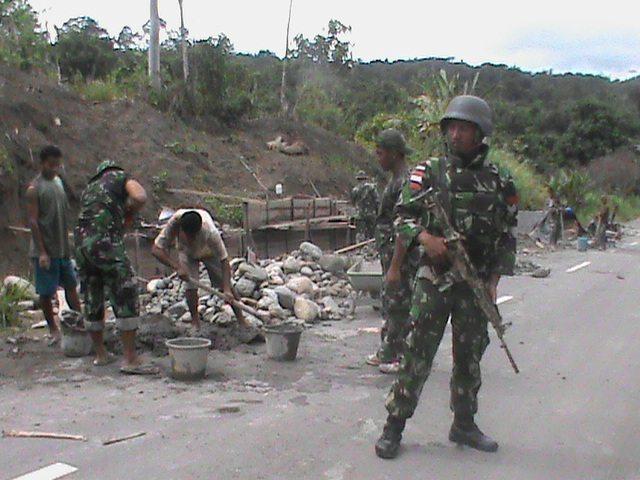 431 Bangun Jembatan di Kampung Kalipay 3-3-16 (4)
