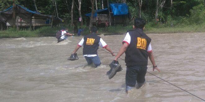 Lewati Hutan dan Sungai, Yonif Raider 411 Kostrad dan BNN Papua Cek Urine di Pos Terjauh