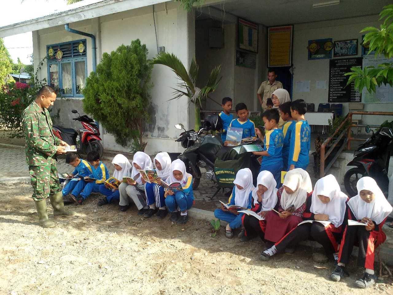 Babinsa Koramil 05 Panga Kodim 0114 Aceh Jaya Serda Faisal mengoptimalkan motor pintar ke SD Negeri 02 Ladang Baro Kec. Panga Kab. Aceh Jaya