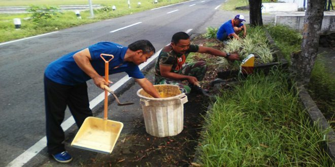 Jaga Keasrian Kantor Anggota Koramil 15/Moyudan Bersama Pegawai Kecamatan Kerja Bhakti