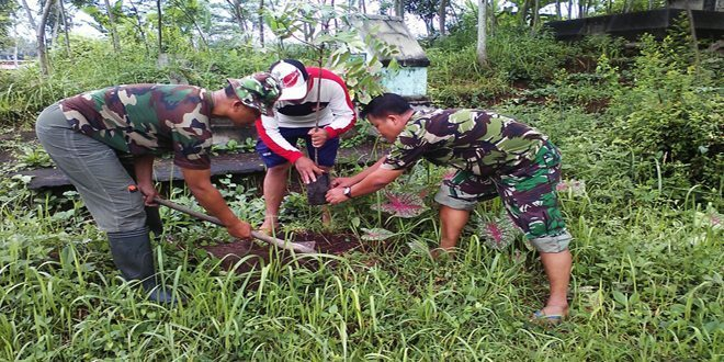 Babinsa Koramil 13/Kranggan Kodim 0706/Temanggung Lakukan Penghijauan di Area Makam