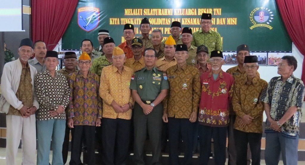 Danrem 121/Abw Laksanakan Komsos dengan Keluarga Besar TNI