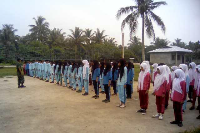 Terapkan Disiplin Di SMP Negeri Satu Atap, Babinsa Koramil 07/Reteh Beri Pelatihan PBB