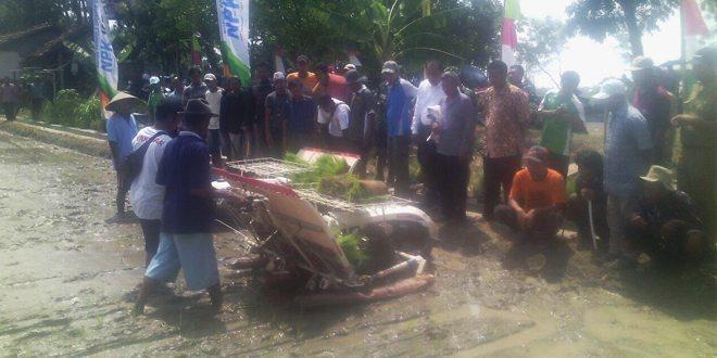 Sosialisasi Dan Demo Rice Transplanter Di Songgom