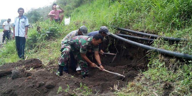 Babinsa Bantu Warga Perbaiki Pipa Air Bersih