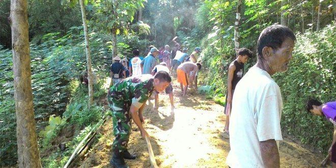 Koramil 05/Karanggayam Manunggal Perbaiki Jalan Desa