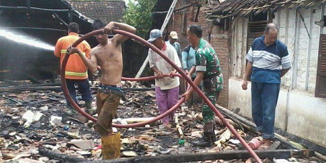 TNI, BPBD & Masyarakat Bantu Padamkan Kebakaran Rumah di Dua Lokasi