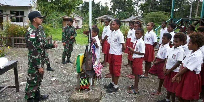 Satgas Yonif 411 Raider Kostrad Serahkan Bantuan Seragam dan Alat Tulis Bagi Murid SD Inpres Kibay