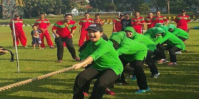 Lomba Tarik Tambang ibu-ibu Persit KCK Ranting 4 Yonif Mekanis 203/AK