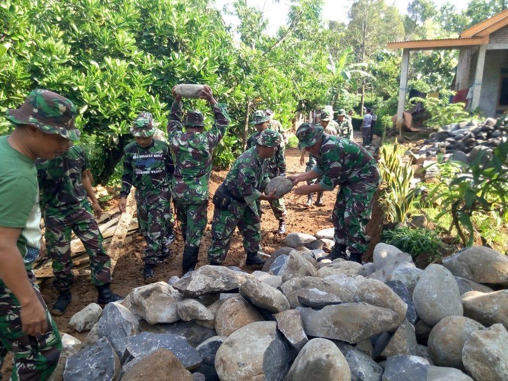 Sukseskan TMMD Di Jombang, TNI Perbaiki Jalan Berlumpur