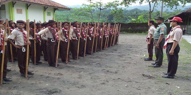 Babinsa Koramil 14/Pejagoan Latih PBB Siswa SMP