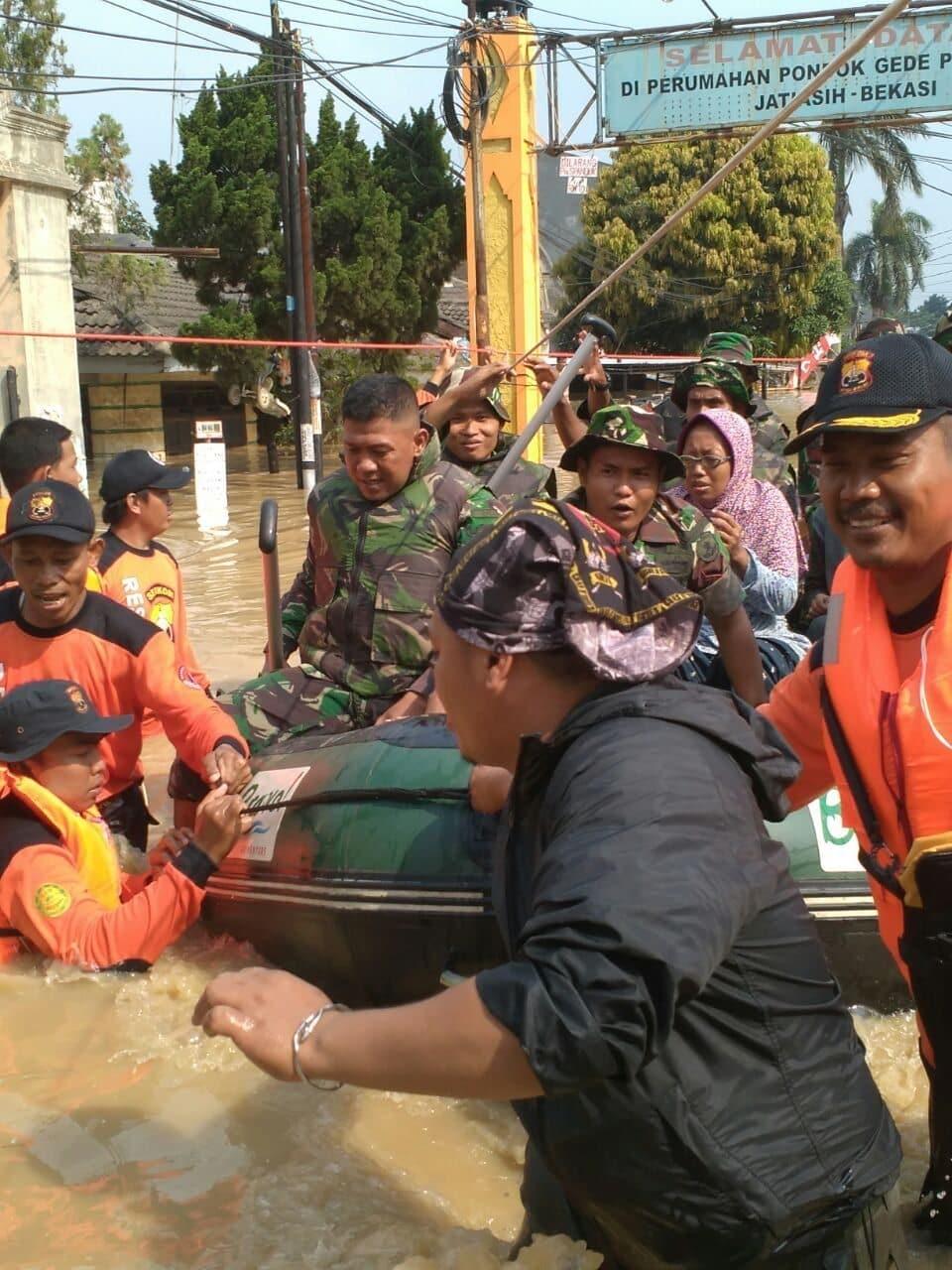 22416 Yonif Mekanis 202 TM membantu Korban Banjir di Perumahan Jati Asih 3