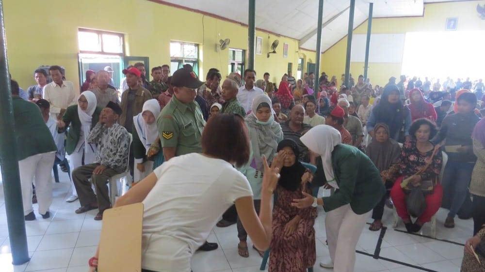 Bantu Masyarakat Kurang Mampu, Kodim Jombang Laksanakan Bhakti Sosial OperasiKatarak