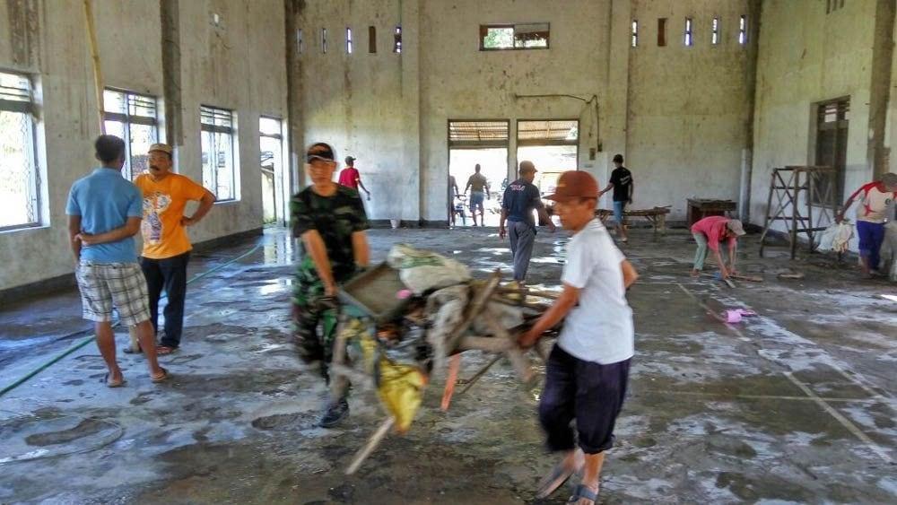 Danramil 0814/15 Mojowarno Pimpin Pembersihan Gedung Serbaguna Yang Terbengkelai