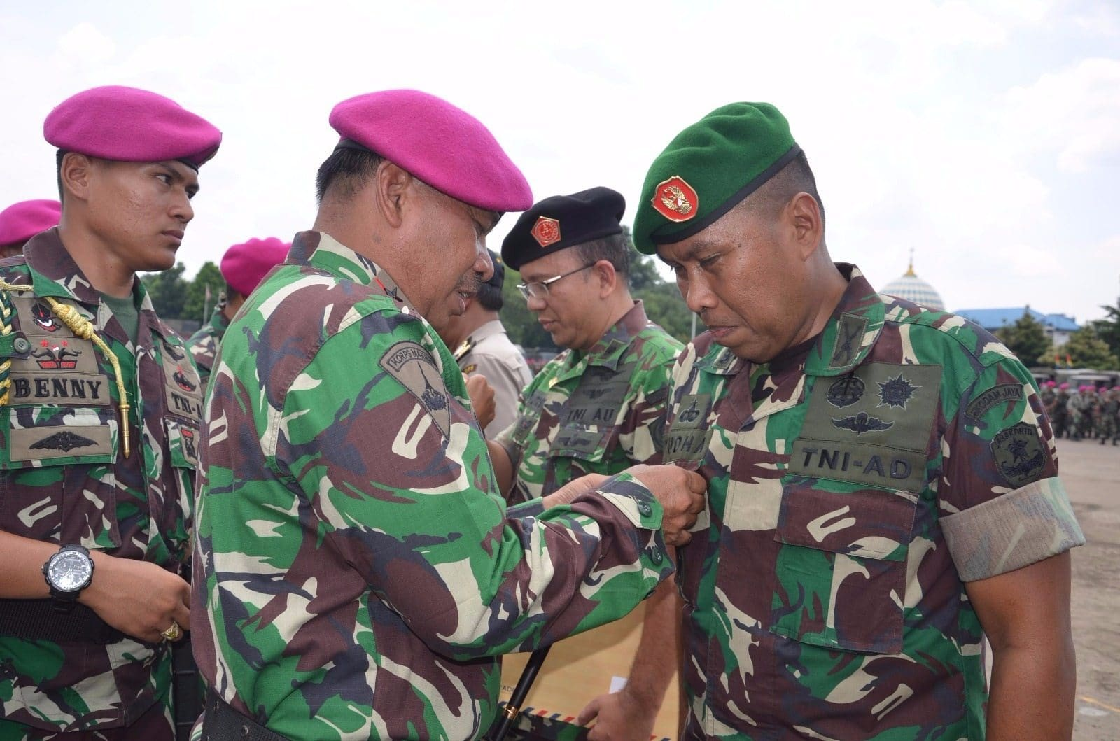 6416 Asops Kasdam Jaya Terima Brevet Kehormatan Kavaleri Korps Marinir