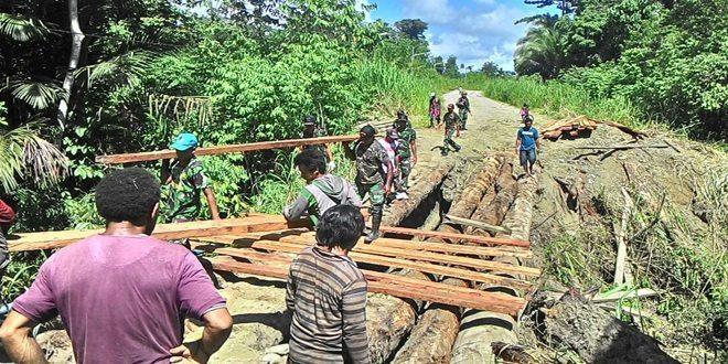 Pos Yetti Satgas Yonif Mekanis 411/Pandawa Bersama Masyarakat Perbaiki Jembatan Yang Rusak Karena Diterjang Banjir
