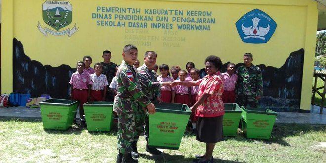 Satgas Pamtas RI-PNG Yonif Linud 431/SSP Kostrad Berikan Bantuan Tempat Sampah Kepada SD Inpres Workwana