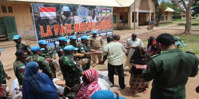 Prajurit TNI di Afrika Bagikan 2.000 Baju Batik Untuk Warga Lokal