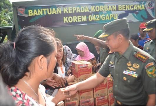 Danrem 042/Gapu Serahkan Bantuan Kepada Korban Banjir