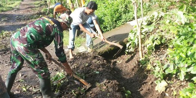 Koramil 0824/01 Patrang Bersama Masyarakat Kel. Bintoro Bersih Lingkungan