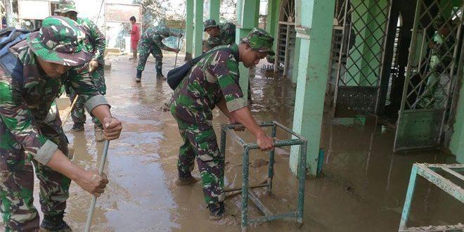 Pajurit Yonif Mekanis 202/Tajimalela Bantu Bersihkan Lumpur Pasca Banjir di Wilayah Jati Asih