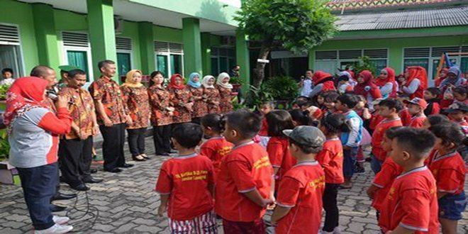 Ketua Yayasan Persit Kartika Lepas Tim Drumband TK Kartika Bandar Lampung