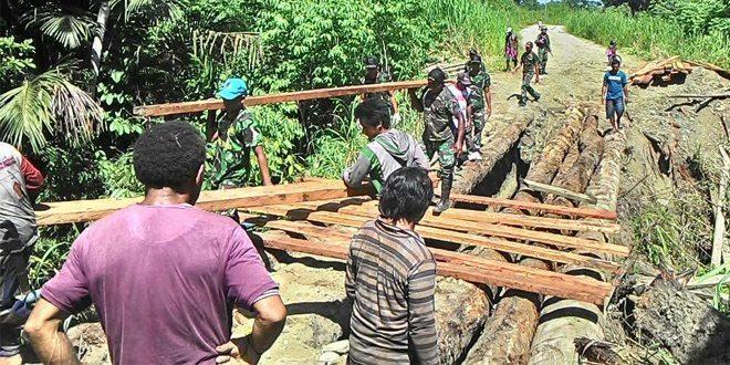 Satgas Yonif Mekanis 411 Kostrad Bersama Warga Perbaiki Jembatan di Kp. Yetti