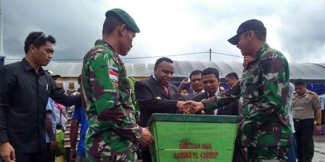 Peduli Lingkungan Kabupaten Keerom, Satgas Pamtas RI-PNG Yonif Linud 431/SSP Kostrad Beri 30 Tempat Sampah