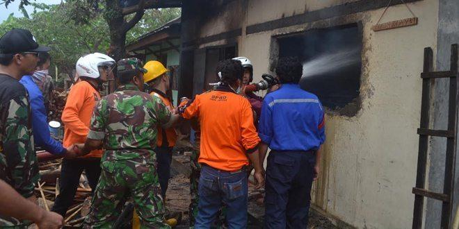 TNI Padamkan Kebakaran