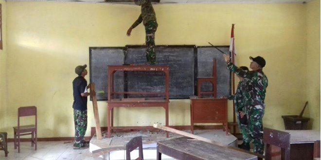 Satgas Pamtas RI-PNG Yonif Linud 431/SSP Kostrad Bantu Rehab Bangunan Sekolah SD Inpres Di Kampung Workwana