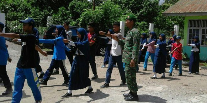 Didik Disiplin, Babinsa Kodim 1405 Latih Baris Siswa SMP