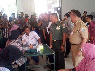 Warga Serbu Layanan TNI Manunggal KB Kesehatan