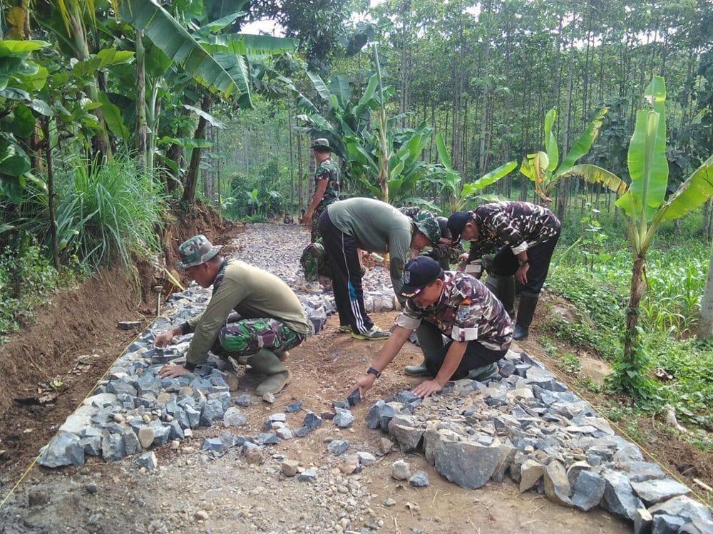 FKPPI Jombang Ambil Bagian Dalam TMMD Ke-96 di Dusun Mrican Kecamatan Wonosalam