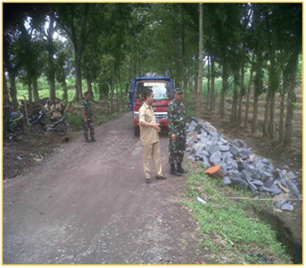 Dandim Mojokerto Mengecek Pelaksanaan Pengerasan Jalan Dalam Giat TMMD ke-96