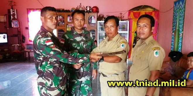 Kades Perbatasan Saksikan Warganya Serahkan Senpi ke TNI