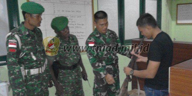 Penyerahan Senjata Api Secara Sukarela Oleh Masyarakat Merauke Kepada Satgas Pamtas Yonif 142/KJ