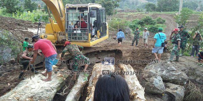 TNI-Masyarakat Kerja Keras Buat Jembatan Darurat