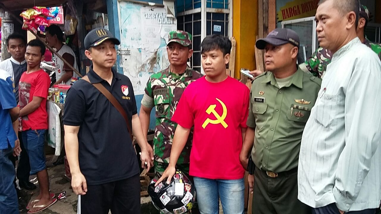 Seorang Pemuda Telah Diamankan Oleh Anggota Koramil 06/Ciputat Karena Kedapatan Memakai Baju Berlambang Palu Arit PKI