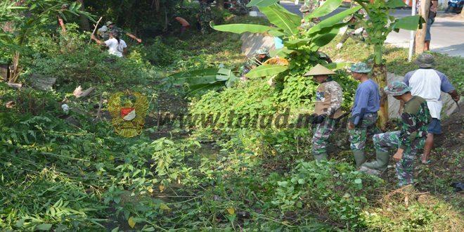 Prajurit TMMD dan Warga Gotong Royong Bersihkan Lingkungan