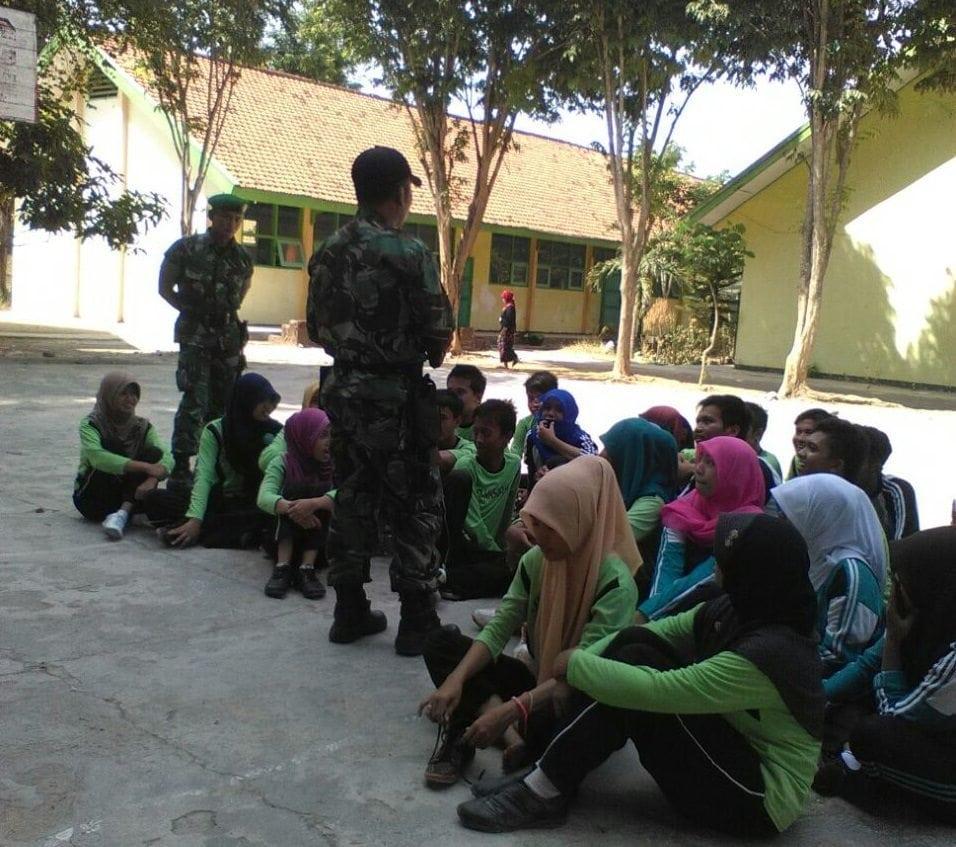 Babinsa Tanamkan Kedisiplinan Melalui Latih Baris Berbaris di MA Sunan Cendana Kwanyar