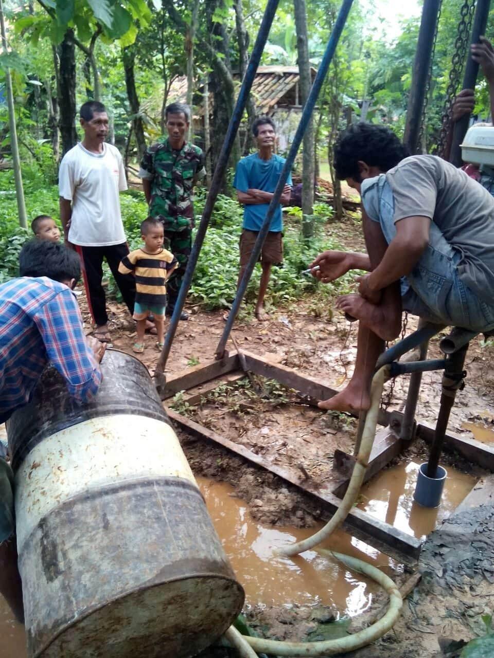 Babinsa Koramil 02/Socah Bantu Pengeboran Sumur Air Bersih