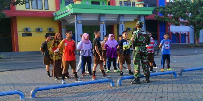 Babinsa Koramil 01/Kota Latih PBB Pelajar SDN 1 Kemayoran Bangkalan
